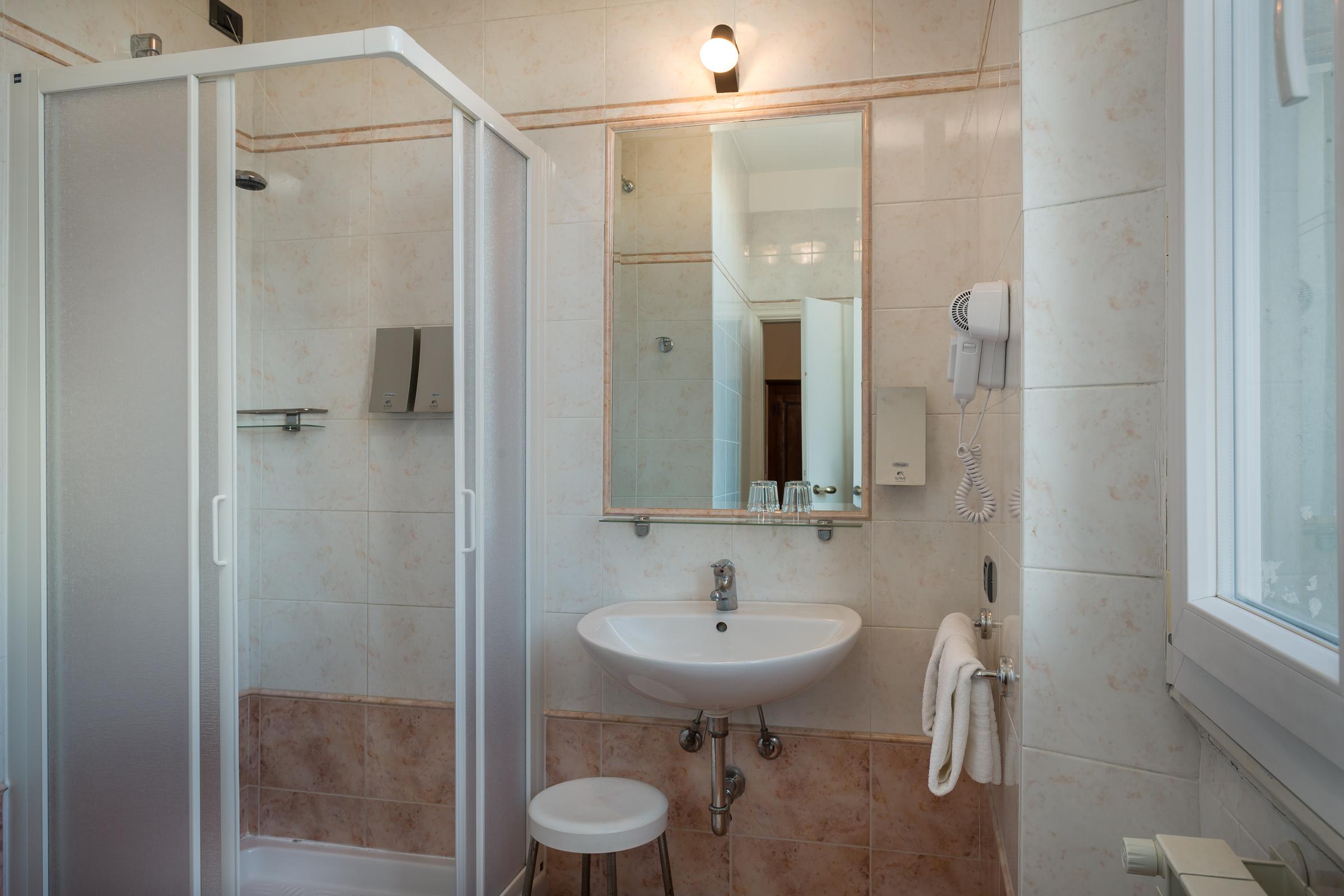 camera-matrimoniale-bagno-specchio